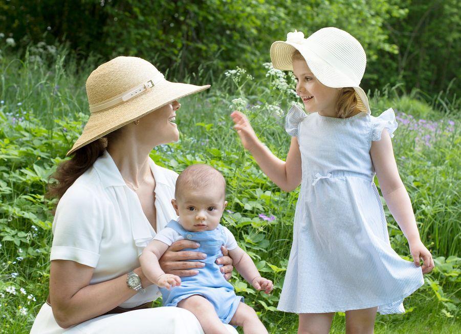 Si leur cousin le prince Alexander de Suède a lancé ce lundi 6 juin la Fête nationale suédoise, la princesse Estelle et son petit frère le prince Oscar n'ont pas été en reste.