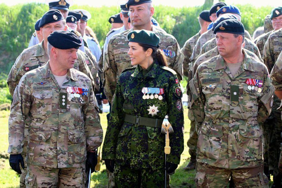Le week-end des 4 et 5 juin, la princesse Mary de Danemark a enfilé un treillis tandis que son époux le prince héritier Frederik passait, le lundi 6 juin, un uniforme de l'armée danoise.