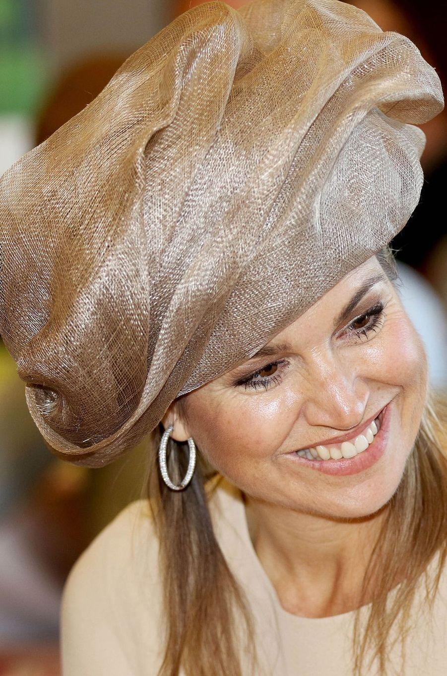 C'est dans un look qui ne passait pas inaperçu que la reine Maxima des Pays-Bas s'est rendue ce jeudi 9 juin à Urk pour un double rendez-vous.