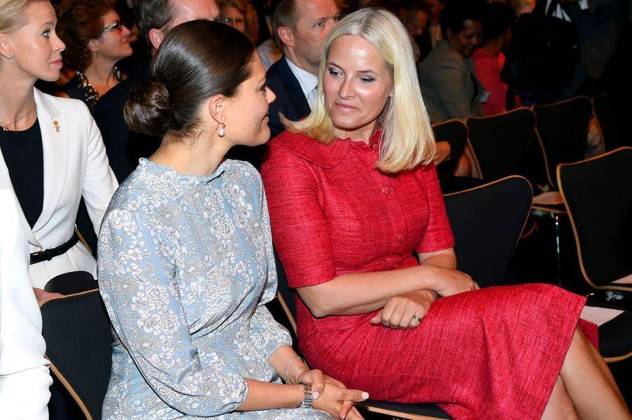 Ces lundi 13 et mardi 14 juin,la princesse héritière Victoria de Suède recevait sur ses terres son amie et voisine la princesse Mette-Marit de Norvège dans le cadre d'un forum sur l'alimentation.