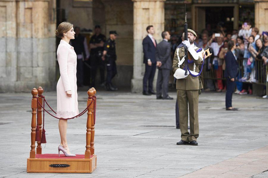 C'est dans un look des plus raffinés que la reine Letizia d'Espagne a participé ce lundi 13 juin, en solo, à une cérémonie de remise de drapeau à Salamanque.