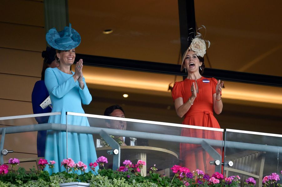 La duchesse de Cambridge, née Kate Middleton, a illuminé ce mercredi 15 juin la deuxième journée du mythique Royal Ascot, en compagnie de la famille royale britannique, ainsi que du prince héritier Frederik de Danemark et de son épouse la princesse Mary.