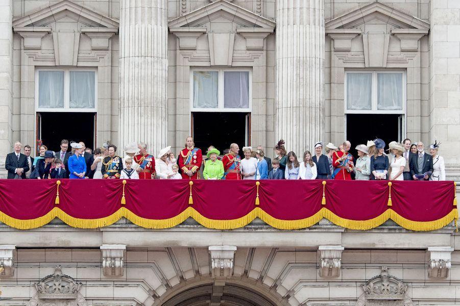 Assurément, la reine Elizabeth II a une grande famille. Ils étaient plus de 45 à ses côtés ce samedi 11 juin sur le balcon de Buckingham Palace.