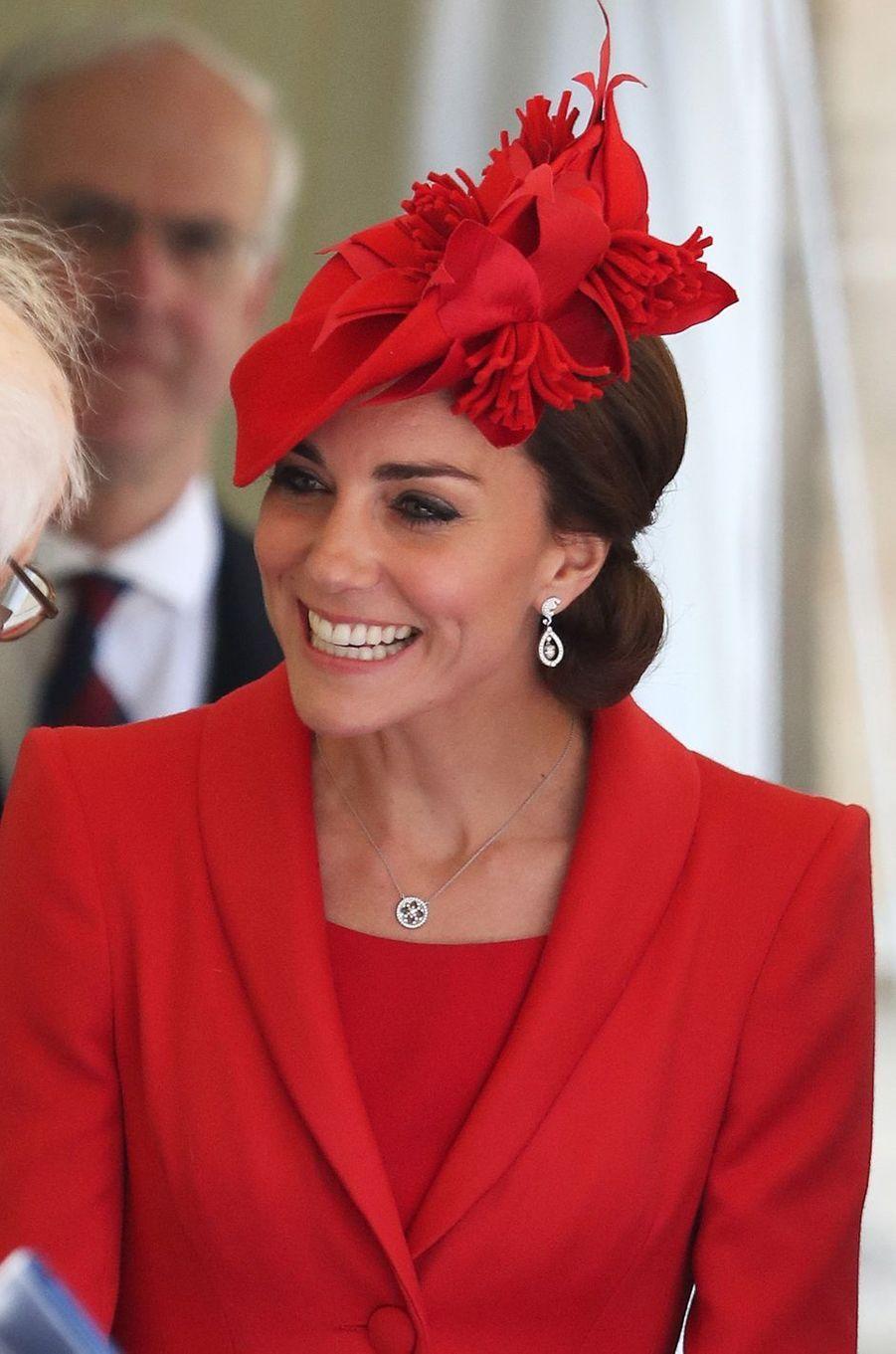 Aux côtés de la famille royale britannique ce lundi 13 juin pour la cérémonie annuelle de l'Ordre de la Jarretière conduite par la reine Elizabeth II, la duchesse de Cambridge était radieuse tout de rouge vêtue.