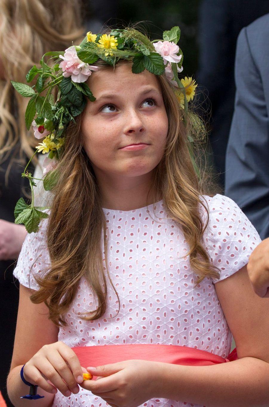 Ce jeudi 23 juin, toute la famille royale norvégienne encadrait le roi Harald V pour fêter ses 25 ans de règne sur le lieu de son sacre. L'occasion pour ces dames et demoiselles de se couronner de fleurs.