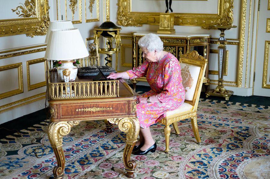 Lorsqu'il s'est agi d'adresser des remerciements pour son 90e anniversaire, la reine Elizabeth II a dégainé sa tablette pour composer un post sur Twitter ce mardi 21 juin.