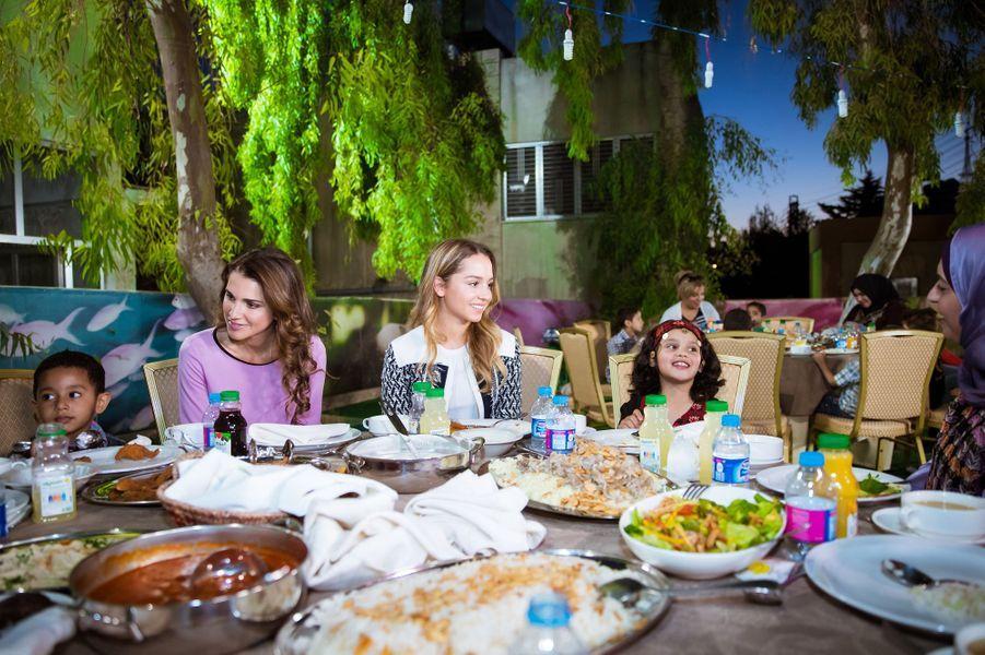 En ce mois de Ramadan, la reine Rania de Jordanie poursuit ses rencontres au moment de la rupture du jeûne. Ce lundi 20 juin, sa fille la princesse Iman l'accompagnait dans un orphelinat.
