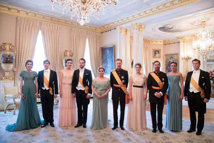 Ce jeudi 23 juin, le Luxembourg fêtait les 61 ans de son grand-duc Henri. La grande-duchesse Maria Teresa, sa fille et ses belles-filles ont sorti robes du soir et diadèmes.