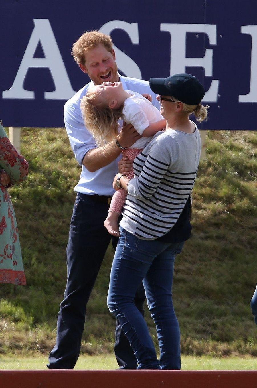 En attendant d'avoir ses propres enfants, le prince Harry ne manque pas de s'amuser avec ceux des autres. La preuve avec Mia Tindall, ce samedi 18 juin.