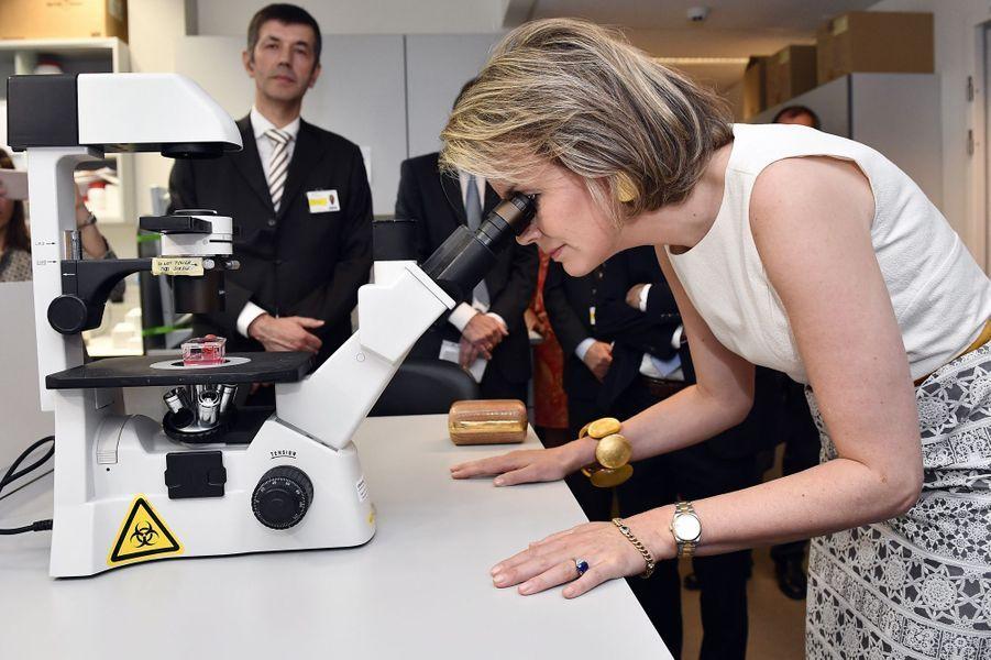 Ce mercredi 22 juin, la reine des Belges Mathilde était à Louvain où elle a visité un centre de recherche travaillant sur les maladies génétiques.