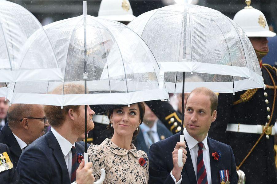 La duchesse de Cambridge, née Kate Middleton, a pris part aux cérémonies du centenaire de la bataille de la Somme ce vendredi 1er juillet, en compagnie des princes William et Harry et du prince Charles accompagné de son épouse Camilla.