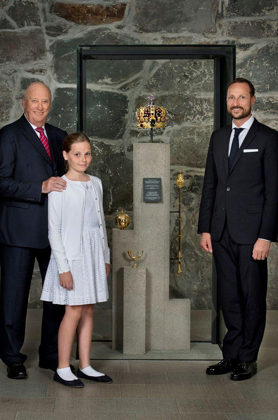 La Cour de Norvège a dévoilé ce jeudi 23 juin, jour du 25e anniversaire de son sacre, une nouvelle photo du roi Harald V avec ses deux héritiers, le prince Haakon et sa fille la princesse Ingrid Alexandra.
