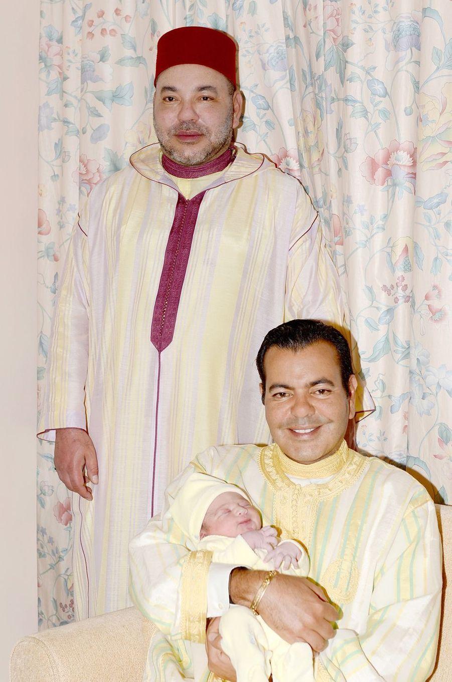 Dans les bras de son père Moulay Rachid, le petit Moulay Ahmed a pris la pose devant les photographes avec son oncle le roi Mohammed VI du Maroc ce jeudi 23 juin, jour de sa naissance.