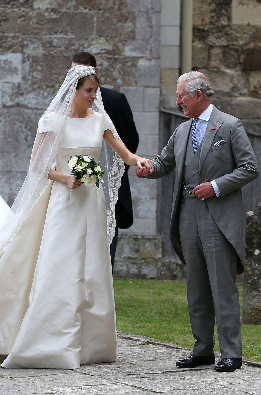 En attendant le mariage de son fils Harry, le prince Charles a joué les pères de substitution ce samedi 25 juin pour conduire Alexandra Knatchbull à l'autel, sous les yeux de la reine Elizabeth II.
