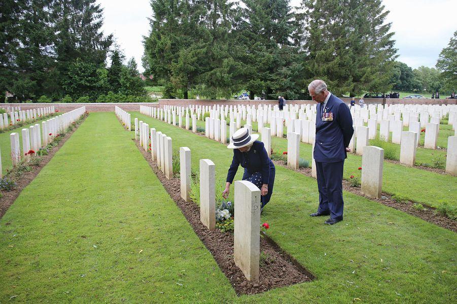 Épouse du prince Charles, la duchesse de Cornouailles Camilla s'est recueillie en France sur la tombe de son grand-oncle, en marge du centenaire de la bataille de la Somme, ce vendredi 1er juillet.