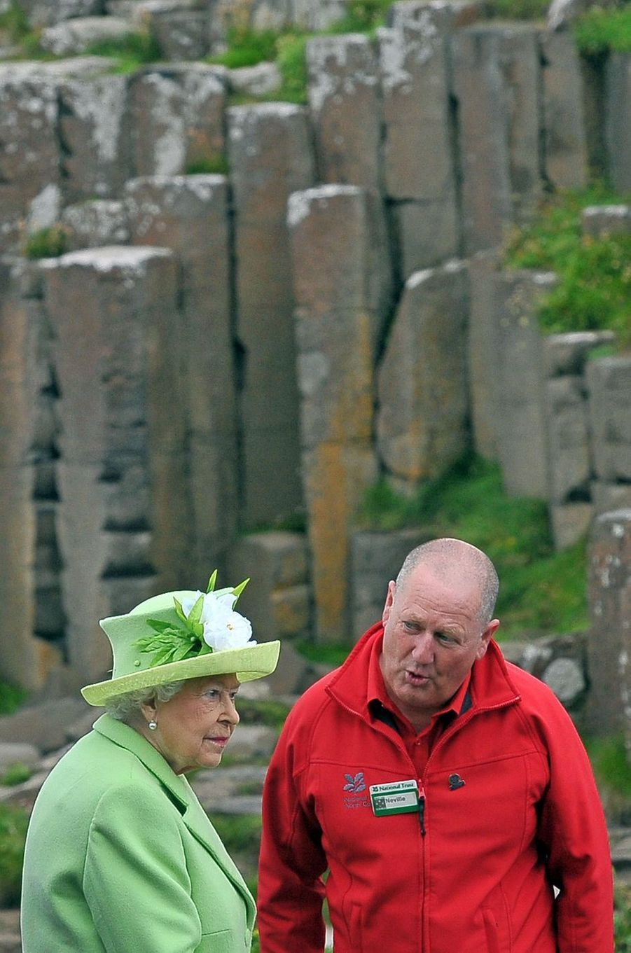 Pour son second jour en Irlande du Nord avec le prince Philip, ce mardi 28 juin, la reine Elizabeth II a remonté le temps jusqu'en 1953, à l'occasion d'une balade ferroviaire et visité le site de Giant's Causeway.