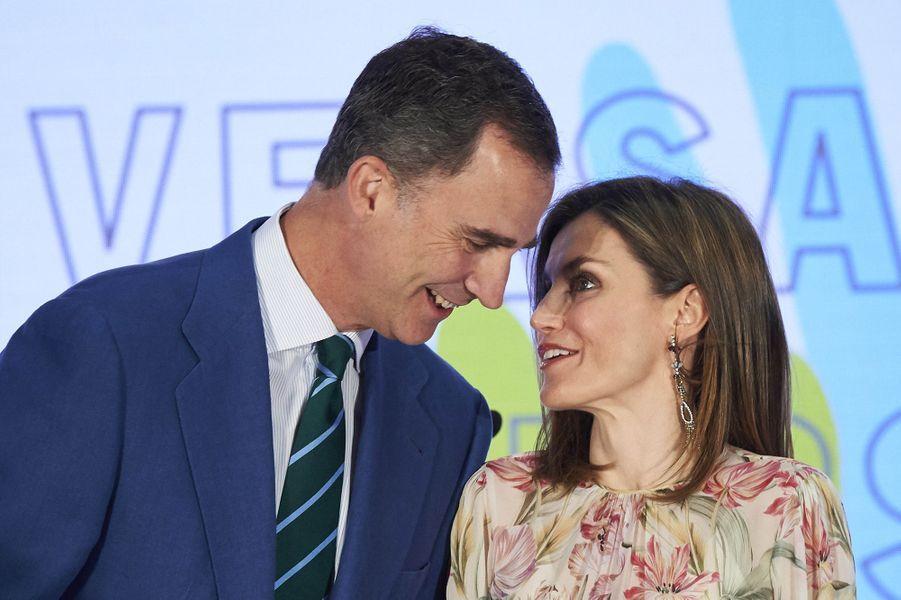 Ce mardi 5 juillet, c'est dans un look des plus romantiques que la reine Letizia d'Espagne s'est affichée à Madrid aux côtés de son royal époux Felipe VI.