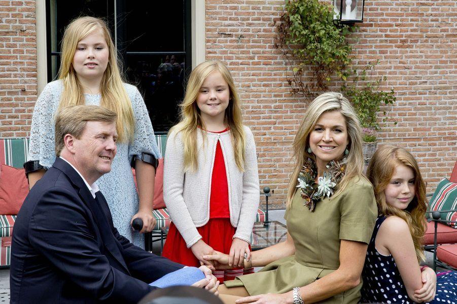 Malgré la commotion cérébrale de la reine Maxima et les béquilles de la princesse Catharina-Amalia, le traditionnel shooting estival de la famille royale des Pays-Bas a bien eu lieu ce vendredi 8 juillet.