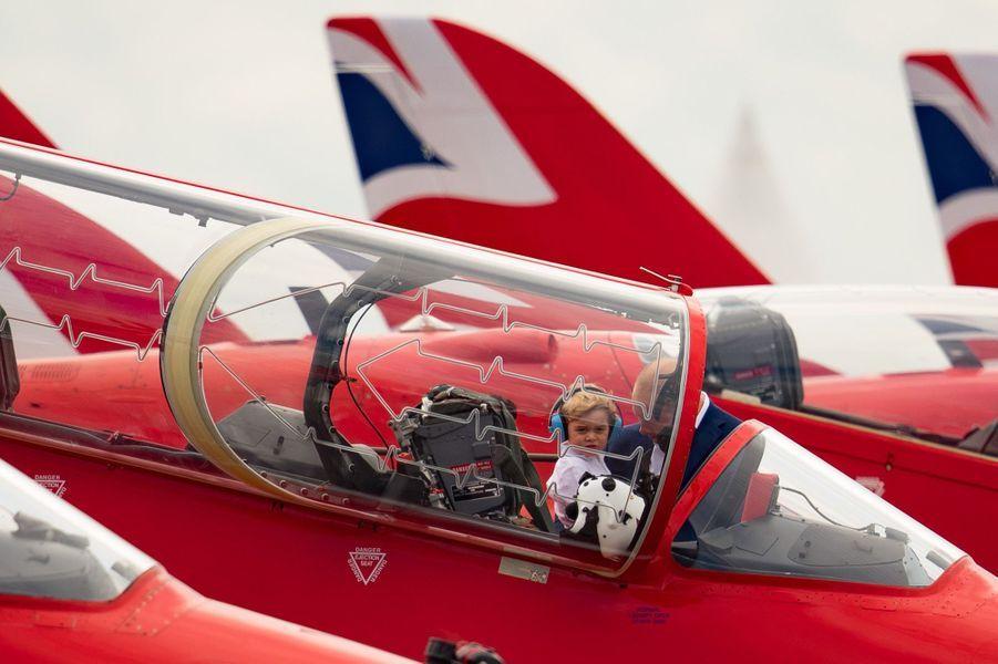 C'était le premier engagement royal de Baby George avec ses parents Kate et William. Et le petit prince, qui n'a pas encore 3 ans, a commencé très fort ce vendredi 8 juillet… aux commandes d'un avion de chasse.