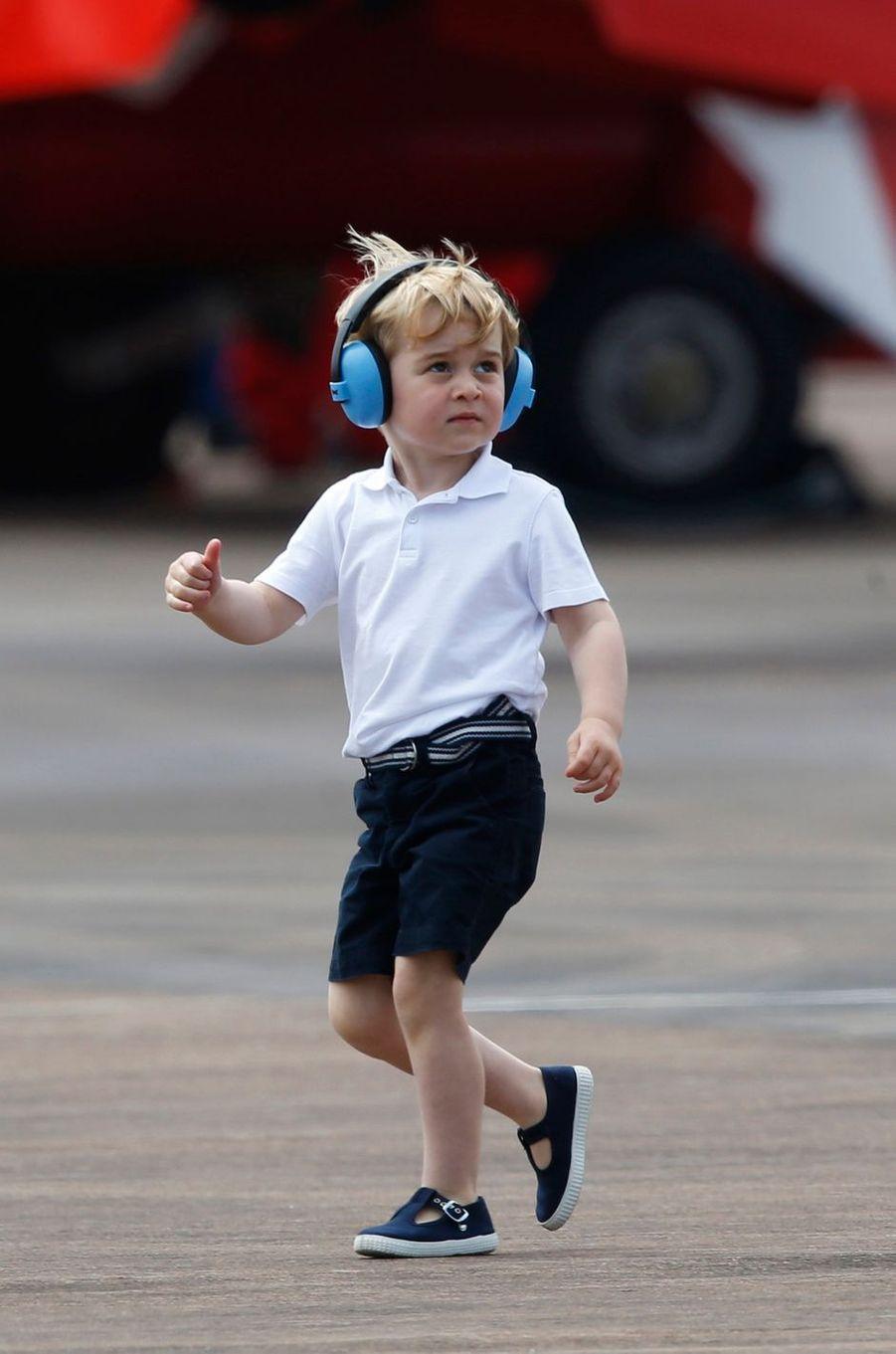 Sortie en famille pour Baby George ce vendredi 8 juillet. Accompagné de ses parents Kate et William, le petit prince est allé voir des avions et des hélicoptères sur la base de la RAF à Fairford.