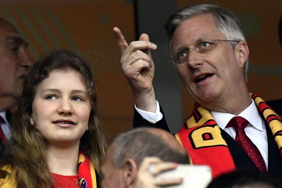 Tant ce vendredi 1er juillet au stade à Lille avec son père le roi des Belges Philippe que ce dimanche 3 juillet à Tongres avec ce dernier et la reine Mathilde, la princesse Élisabeth s'affichait en rouge.