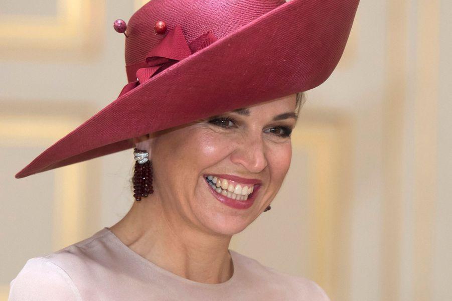 Pour recevoir le couple présidentiel grec ce lundi 3 juillet avec son royal époux Willem-Alexander, la reine Maxima des Pays-Bas s'est affichée dans un look hawaïen signé Valentino.