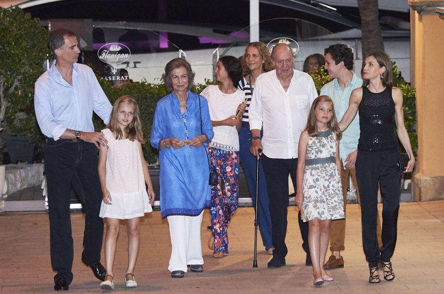 La reine Letizia d'Espagne et ses filles les princesses Leonor et Sofia ont débuté leur séjour estival à Majorque ce dimanche 31 juillet par un dîner de famille.