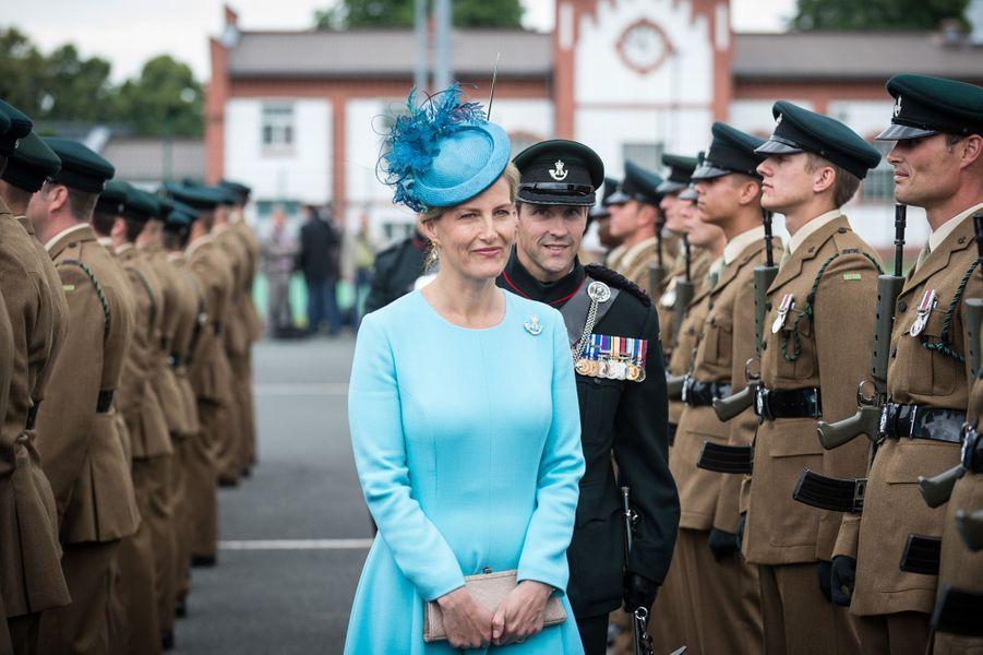 Ce mercredi 3 août ont été révélés des clichés montrant la comtesse Sophie de Wessex, très élégante tout de turquoise vêtue, inspectant le 1er juillet dernier une dernière fois en Allemagne le 5e Bataillon The Rifles dont elle est colonel royal.