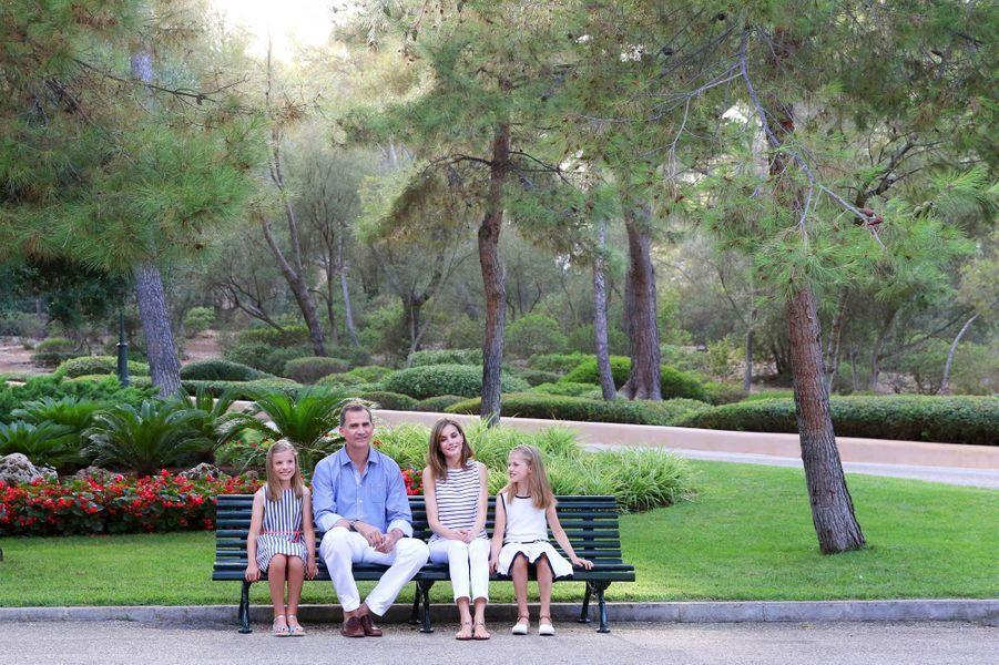 Ce jeudi 4 août, les petites princesses Leonor et Sofia étaient tout sourire aux côtés de leurs parents la reine Letizia et le roi Felipe VI d'Espagne à Palma de Majorque pour le traditionnel shooting estival.