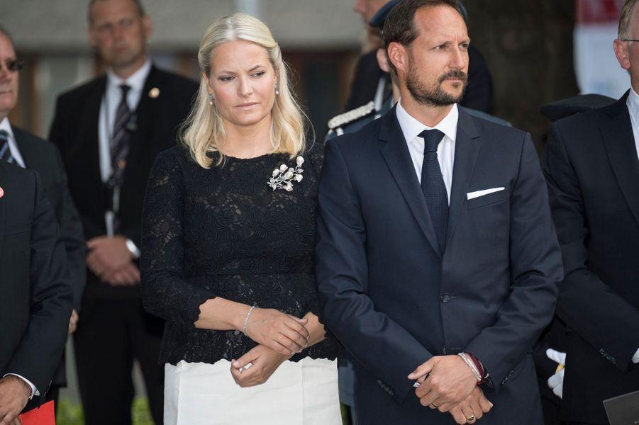 Ce vendredi 22 juillet, la princesse Mette-Marit de Norvège, elle-même concernée par ce drame, a participé aux commémorations du 5e anniversaire de la tuerie de l'île d'Utoya et de l'attentat d'Oslo.