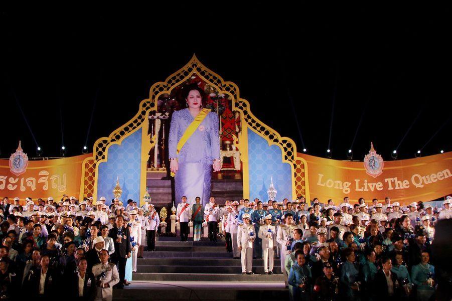 Les Thaïlandais ont célébré ce vendredi 12 août l'anniversaire des 84 ans de la reine Sirikit, l'épouse de leur souverain Bhumibol Adulyadej.