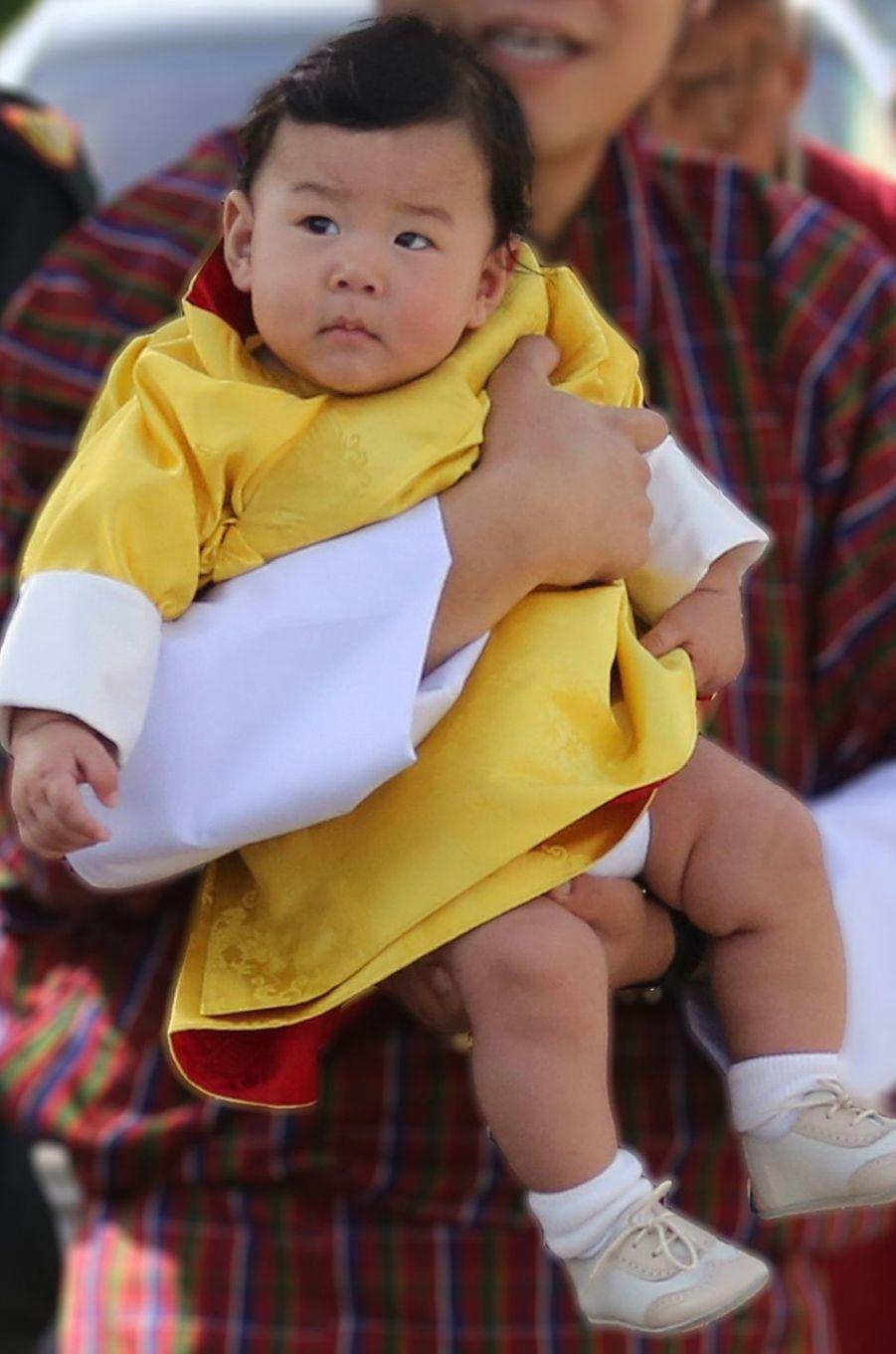 Le trop craquant Royal Baby du Bhoutan poursuit sa balade à travers le royaume de son père. Ces mardi 9 et mercredi 10 août, il était sur les terres de sa maman la reine Jetsun Pema.