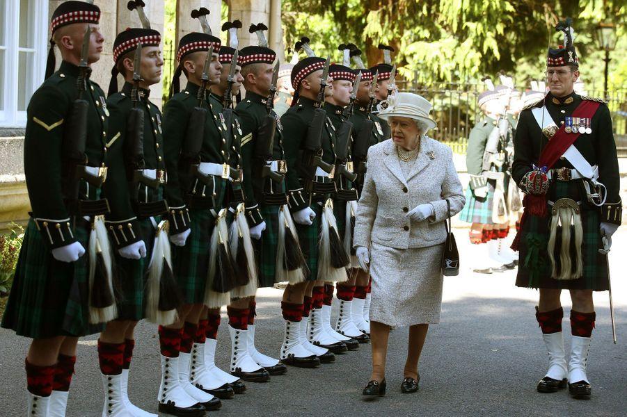 Ça y est! La reine Elizabeth II est officiellement en vacances d'été dans son château de Balmoral en Ecosse. La traditionnelle cérémonie d'accueil de la souveraine par le Royal Regiment of Scotland s'est déroulée ce lundi 8 août.