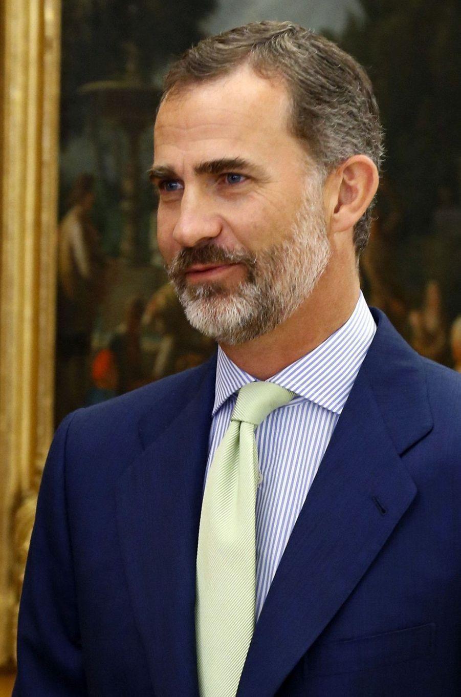 C'est la surprise royale de cette rentrée. Le roi Felipe VI d'Espagne est apparu pour sa rentrée ce lundi 5 septembre à Madrid arborant à nouveau la barbe.