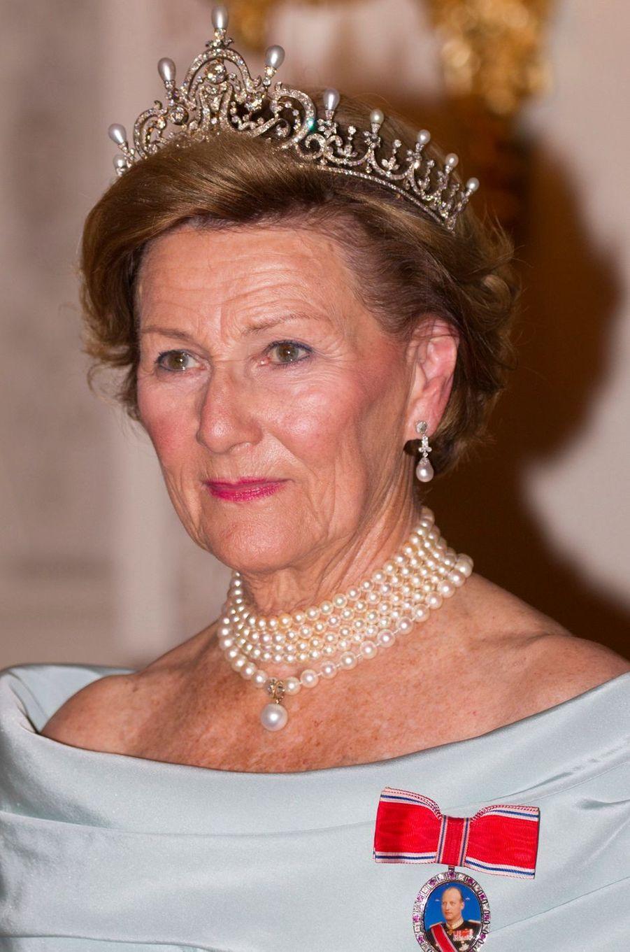 En visite d'Etat de trois jours en Finlande avec son royal époux de ce mardi 6 au jeudi 8 septembre, la reine Sonja de Norvège n'avait pas oublié de mettre un diadème dans ses bagages.