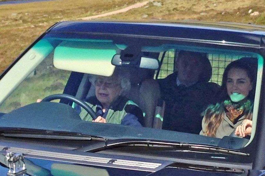 Les Cambridge ont passé quelques jours en famille chez la reine Elizabeth II à Balmoral, rejoint par les parents de Kate, les Middleton. Tous étaient conviés par la souveraine, ce samedi 10 septembre, à la chasse à la grouse.