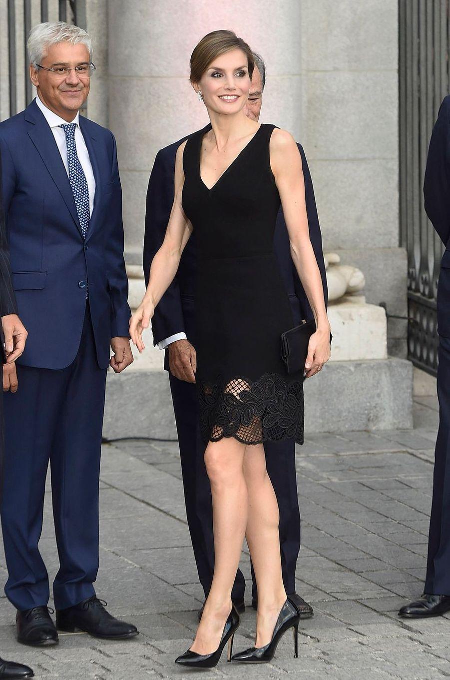 Ce jeudi 15 septembre, jour de son 44e anniversaire, la reine Letizia d'Espagne est apparue radieuse au Théâtre royal à Madrid, au bras de Felipe VI.
