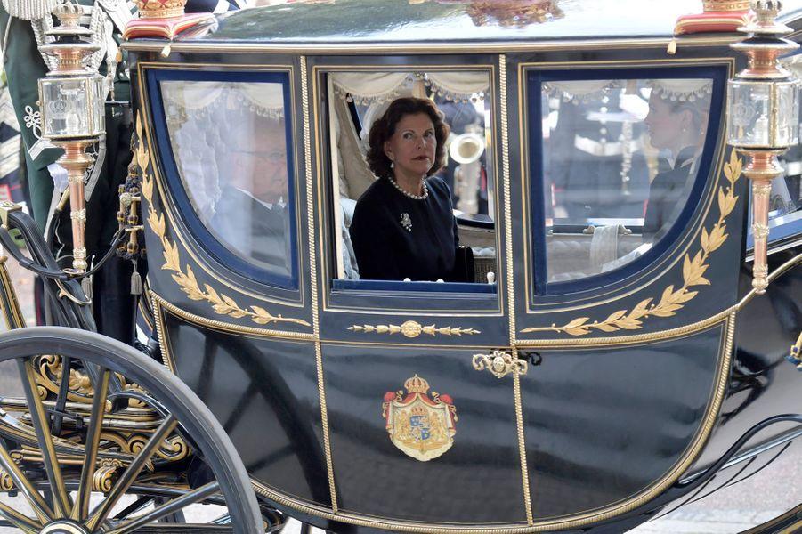 Plus radieuse l'une que l'autre, les princesses Victoria, Madeleine et Sofia de Suède avaient adopté ce mardi 13 septembre, comme la reine Silvia, le dress code black & white de la rentrée parlementaire suédoise.