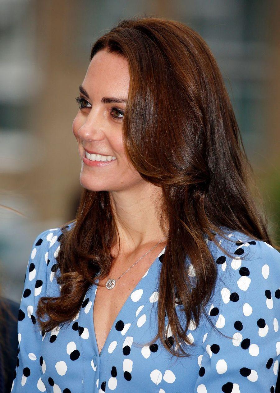 La duchesse de Cambridge, née Kate Middleton, et son époux le prince William ont visité, ce vendredi 16 septembre, une école dans le cadre de leur travail sur la dépression des jeunes.
