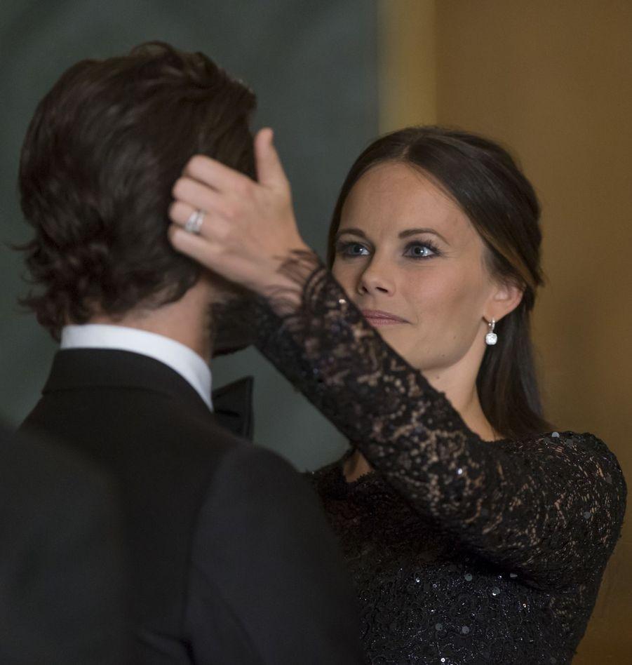 La famille royale suédoise a donné ce vendredi 16 septembre au soir un «Dîner de Suède» au palais royal de Stockholm. Et quelques minutes avant d'accueillir les invités, la princesse Sofia, née Hellqvist, a recoiffé son prince, Carl-Philip.