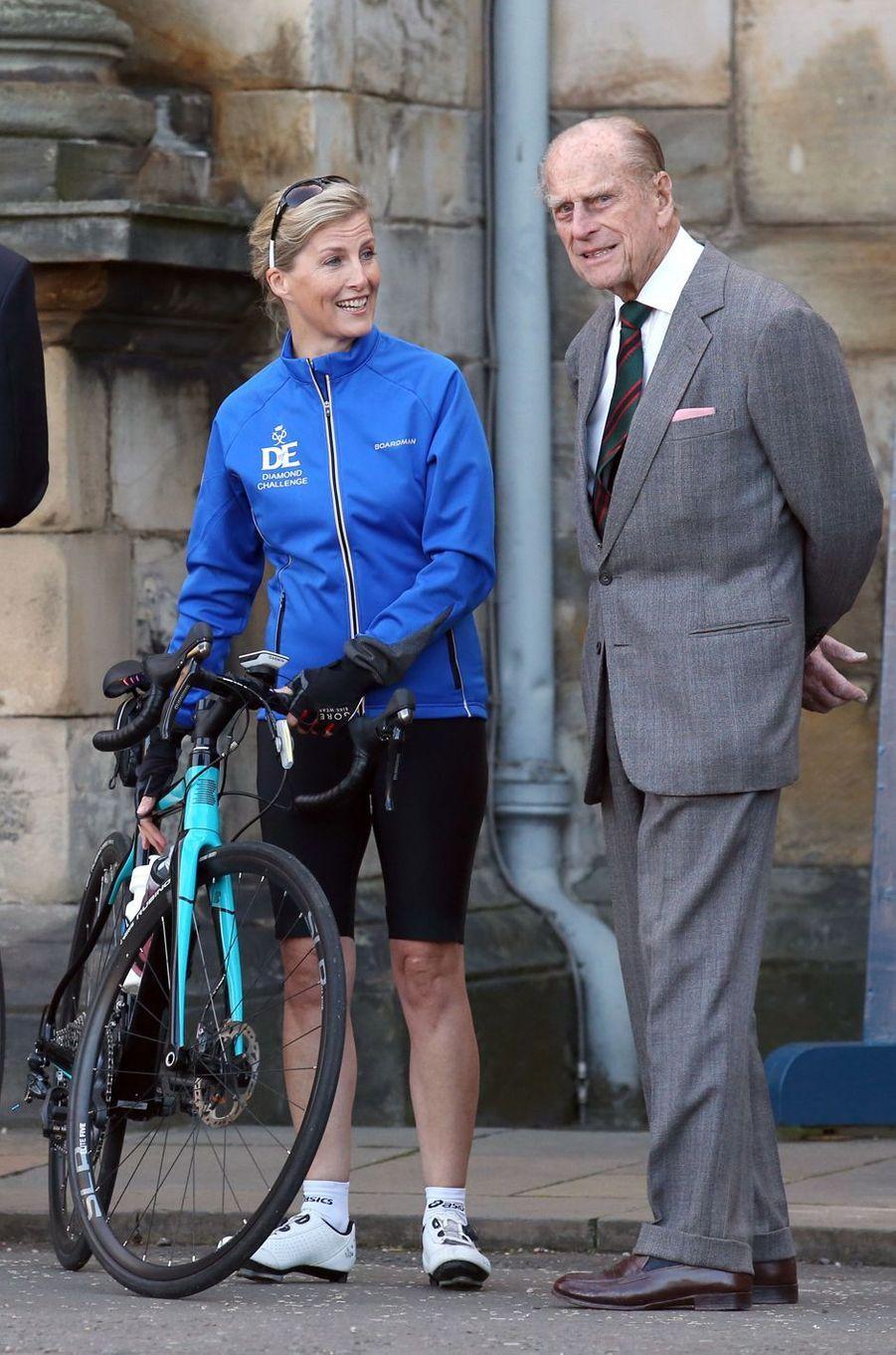 La comtesse Sophie de Wessex est partie ce lundi 19 septembre à vélo du palais de Holyroodhouse à Edimbourg pour rallier Buckingham Palace à Londres. Soit plus de 700 kilomètres à parcourir en une semaine, pour la bonne cause.
