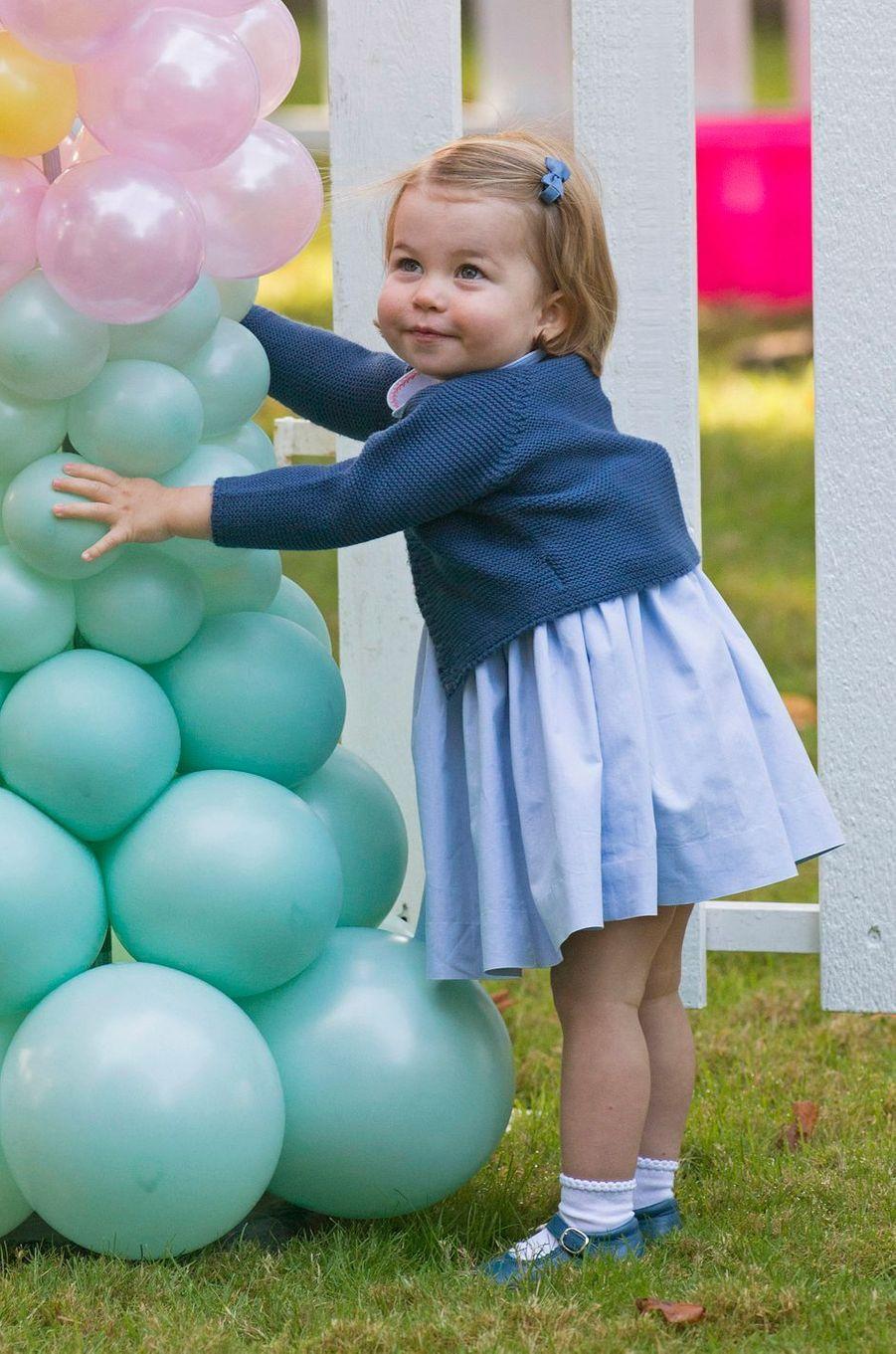 La princesse Charlotte, la fille de Kate Middleton et du prince William, a fait ses premiers pas en public lors d'une fête pour enfants à Victoria au Canada, ce jeudi 29 septembre.