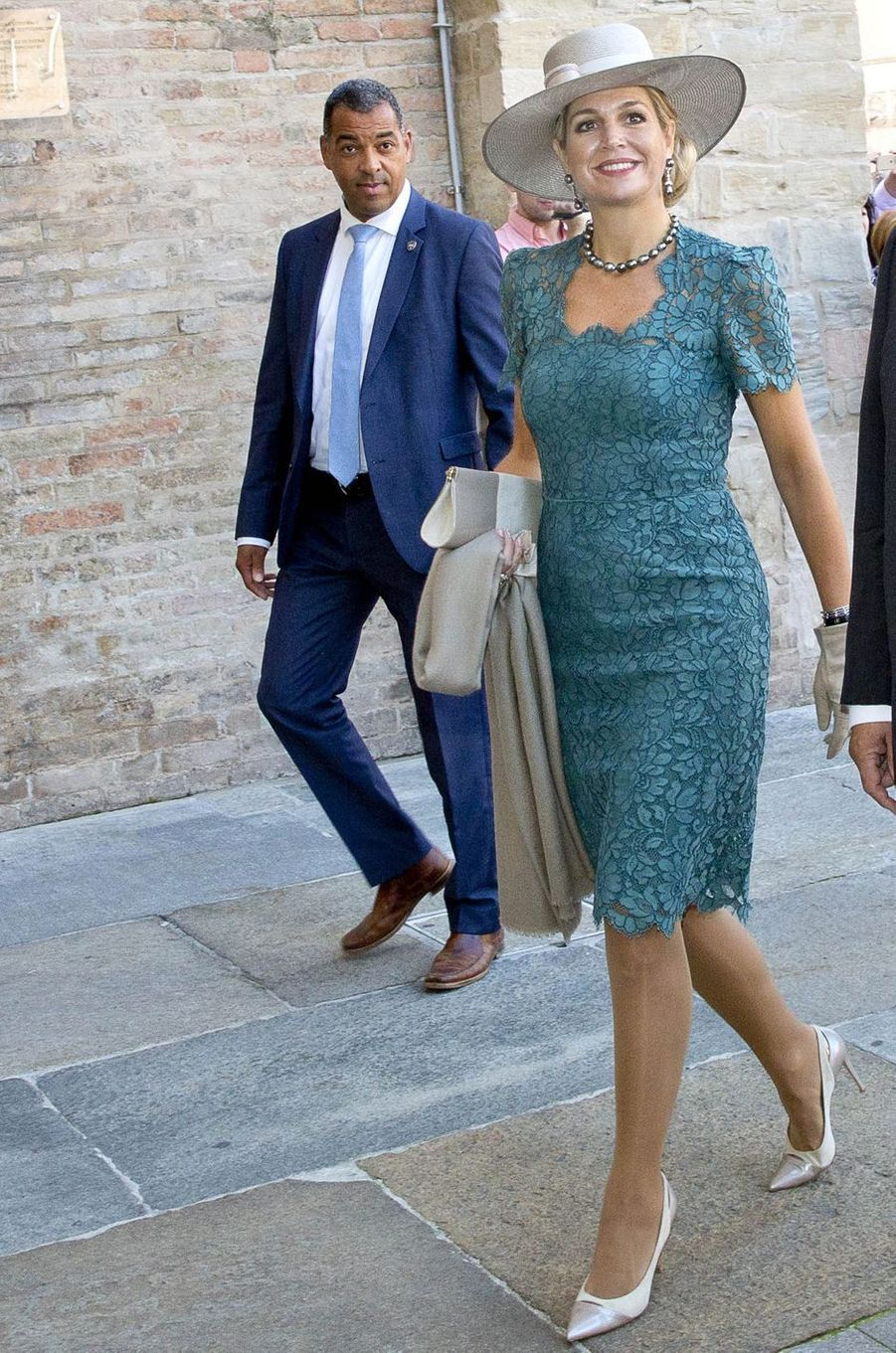 Ce dimanche 25 septembre, la reine Maxima des Pays-Bas, leroi Willem-Alexander, parrain du bébé, et leurs trois filles ont assisté à Parme au baptême de Carlos de Bourbon de Parme.