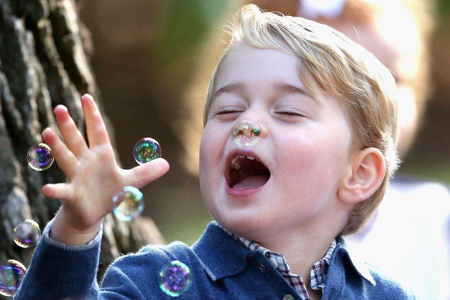 Le prince George, le fils de Kate Middleton et du prince William, a volé la vedette à ses parents, une fois encore, lors d'une fête pour enfants à Victoria au Canada, ce jeudi 29 septembre.