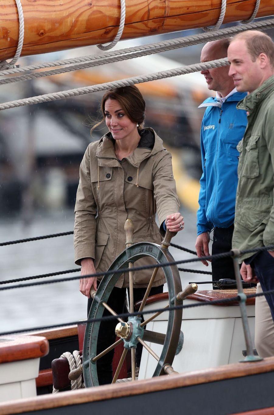La duchesse de Cambridge, née Kate Middleton, a vogué à bord d'un splendide voilier au large de Victoria, à l'occasion de sa dernière journée au Canada ce samedi 1er octobre.