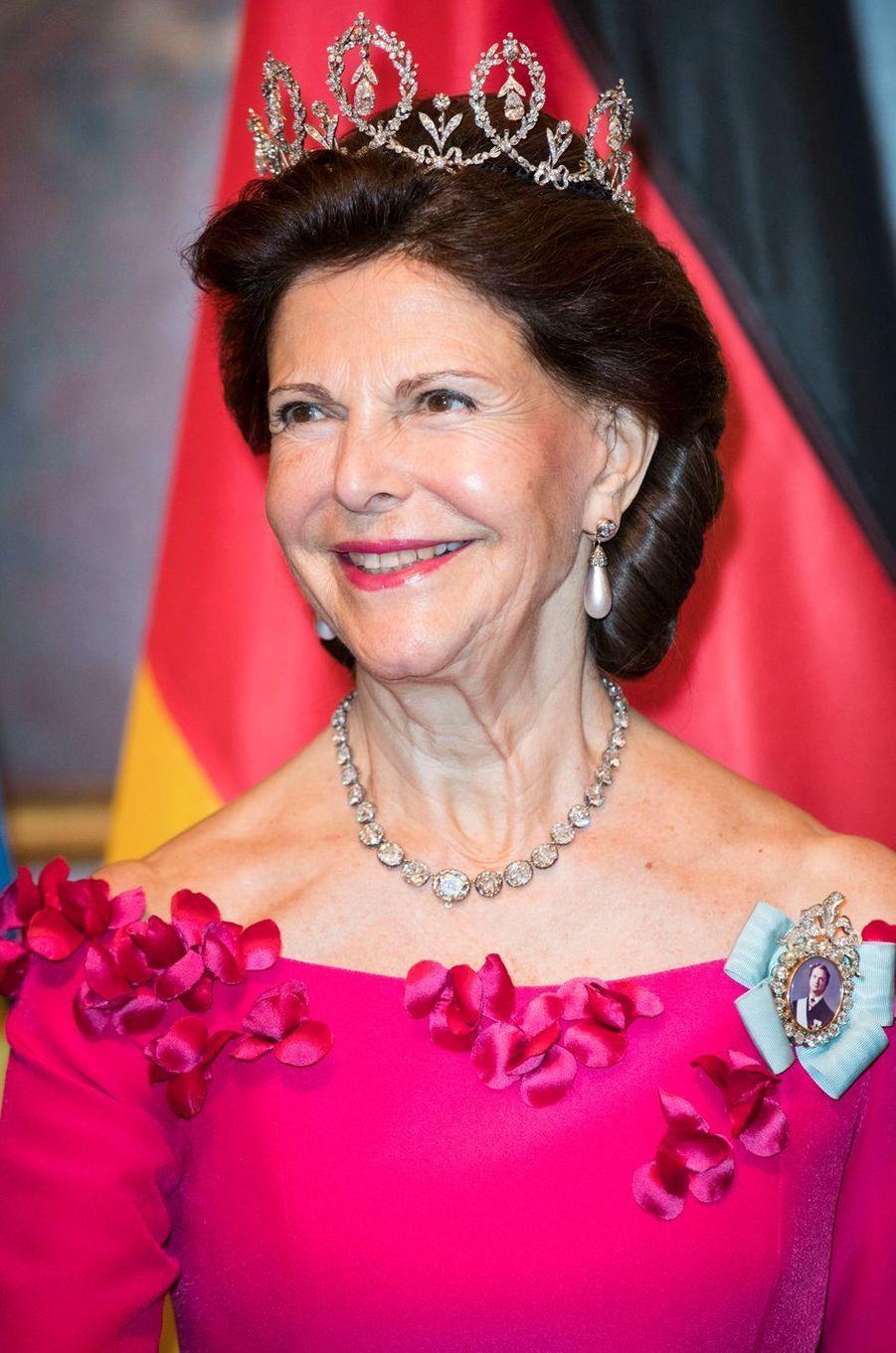 En visite d'Etat en Allemagne, son pays natal, du 5 au 8 octobre 2016, avec le roi Carl XVI Gustaf de Suède son époux, la reine Silvia a dégainé deux diadèmes en deux jours.