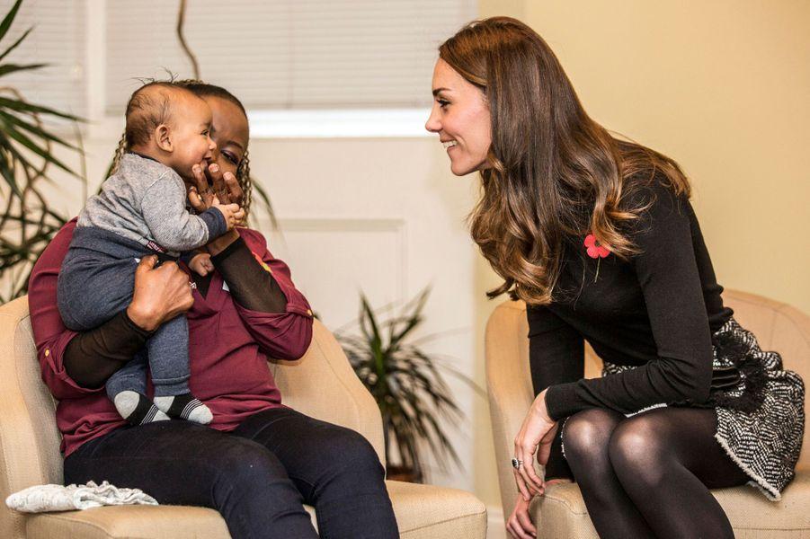 La duchesse de Cambridge, née Kate Middleton, s'est lié d'amitié avec un bébé rieur, Gabriel, lors de sa visite du Nelson Trust Women Centre à Gloucester, ce vendredi 4 novembre.