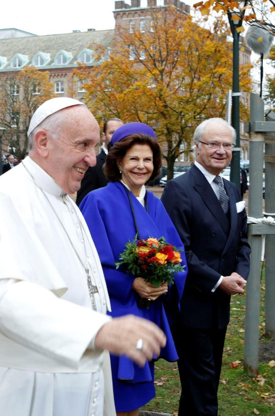 La reine Silvia de Suède était aux côtés de son royal époux ce lundi à Lund pour y accueillir le pape François en visite historique dans ce pays protestant.