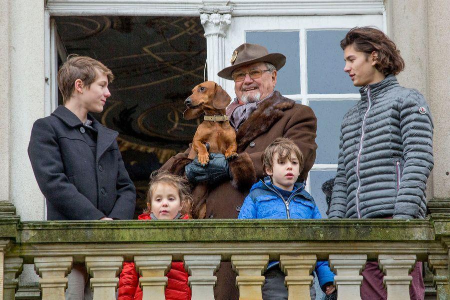 C'est sous la pluie, avec ses frères et son grand-père, que la petite princesse Athena de Danemark a assisté ce dimanche 6 novembre à la traditionnelle chasse au renard de Klampenborg.