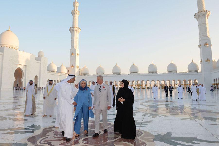 En tournée au Moyen-Orient, le prince Charles et son épouse Camilla ont pu découvrir ce dimanche 6 novembre la Grande Mosquée d'Abu Dhabi qu'ils avaient vue en construction en 2007.